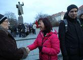 Shromáždění u sochy maršála Koněva s názvem Květin...