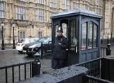 Policista před sídlem britského parlamentu