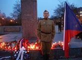 Pomočený Koněv na výročí osvobození Osvětimi? Na svíčkách a květinách pro sovětského maršála se prý vyřádili opilí mladíci