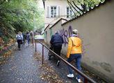 Před vilou Karla Gotta u pražské Bertramky se stál...