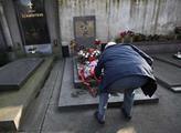 U hrobu Klementa Gottwalda a dalších funkcionářů b...