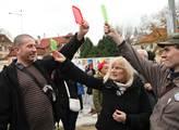 Na pražském Klárově došlo ke střetu odpůrců a symp...