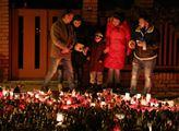 Smutek za Karla Gotta: Sousedé vedle Bertramky trpí. Svíčky jsou úplně všude