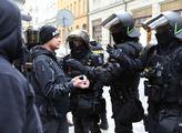 Násilí v Praze. Tekla krev, létaly kostky. Babiš už reaguje
