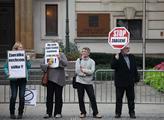 Před Úřadem vlády se demonstrovalo proti rozpoután...