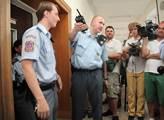 Justiční stráž musela novináře trochu krotit