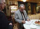 Petr Hájek podepisuje svou knihu Smrt ve věži
