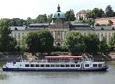 Strakova akademie z protilehlého břehu Vltavy