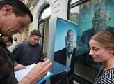 Před galerií byly podpisové archy s peticí za prez...