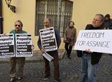 Protest za propuštění Juliana Assange, zakladatele...