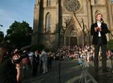 Na Náměstí Míru se sešlo na 500 demonstrujících, k...