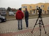 Novináři čekající před areálem budoucí palestinské...