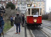 Skauti v Praze rozváželi historickou tramvají betl...