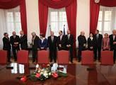 Podpisu jsou přítomni i budoucí ministři v koaličn...