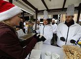 Tradiční rozlévání vánoční rybí polévky pražským p...