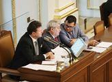 Začala říjnová schůze sněmovny. Jako první se proj...