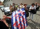 Před ministerstvem financí demonstrovali občané pr...