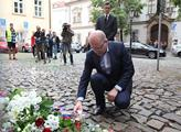 Premiér Bohuslav Sobotka zapaluje svíčku před fran...