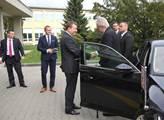 Prezident Miloš Zeman se zdraví s generálním ředit...