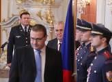 Miloš Zeman přichází do sálu