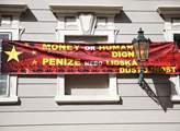 Transparent na budově konzulátu Monaka naproti vch...