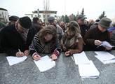 Protest před budovou ČT na Kavčích horách proti ob...