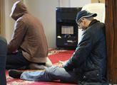 Páteční modlitba v muslimském centru Alfirdaus v P...