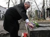 Karel Schwarzenberg klade květiny na Palachův hrob
