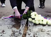 Kladení květin u hrobu Jana Palacha