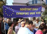 Před maďarskou ambasádu v Praze přišli lidé podpoř...