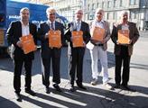 Zástupci ČSSD s podacími archy