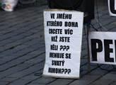 """Shromáždění před pomníkem Jana Husa s mottem """"Peně..."""