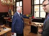 Václav Klaus ukazuje na místo, kde před 25 lety se...