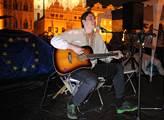 V rámci Pražského Majdanu účastníci zapalovali sví...