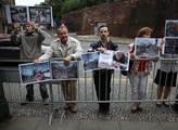 Tichý protest před budovou vlády, který chce upozo...