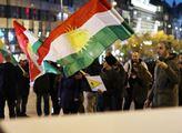 Naše děti umírají, fosfor na kůži bolí! V Praze se demonstrovalo na podporu Kurdů, dorazil lidovecký senátor s vlajkou