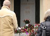 Třetí výročí úmrtí Václava Havla. Lidé se u jeho h...
