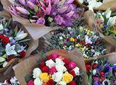 Předání květin poslankyni Miroslavě Němcové jako v...