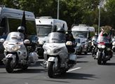Dvě stovky motorkářů, tzv. Nočních vlků, se zúčast...