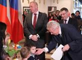 Prezident Miloš Zeman se na letišti Václava Havla ...