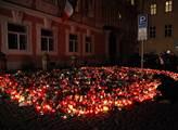 Tisíce svíček před francouzskou ambasádou