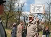 Do Prahy přijely tisíce protestujících za odstoupe...