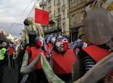 Satirický karnevalový průvod centrem města Sametov...