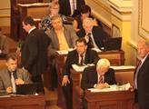 Poslanci mají na stolech penzijní reformu a zákoník práce