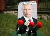 Před Velvyslanectvím Ruské federace v Praze byl po...