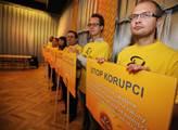 Heslo Stop korupci se pomalu stalo hodně volební k...