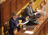 Ministr financí Andrej Babiš s taškou s dokumenty ...