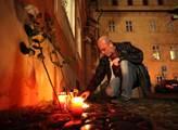 Spontánní projev uctění památky obětí teroristické...