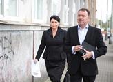 Jana Bobošíková přichází v doprovodu svého manžela...