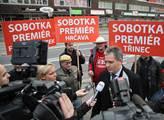 Jiří Dienstbier v obležení novinářů